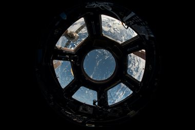 תצפית מתוך חלון של חללית