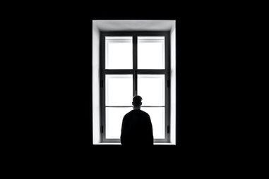 צללית גבר מול חלון
