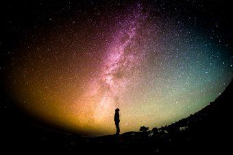 אדם על רקע הכוכבים