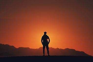 צללית על רקע השמש