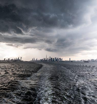סירה מתרחקת מעיר אפלה