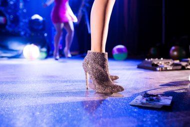 רגל של אישה על רחבת ריקודים