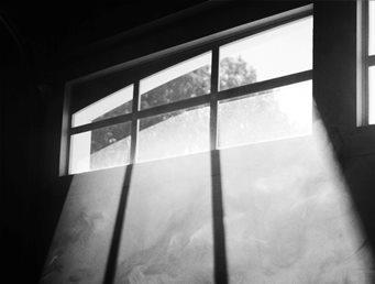 חלון אפלולי של מרתף