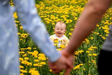 ילד בשדה פרחים