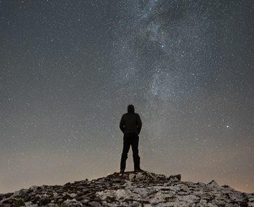 אדם בודד על רקע הכוכבים